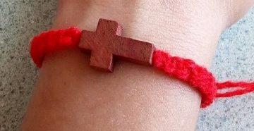 красная нить на запястье как носить