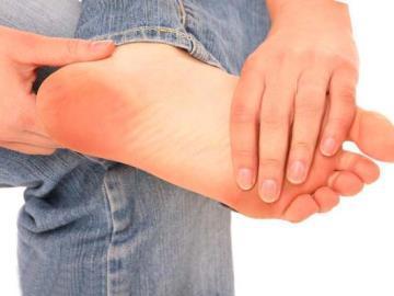чешется левая нога