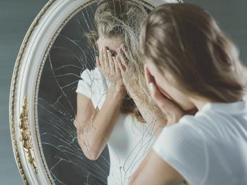 почему когда плачешь нельзя смотреть в зеркало