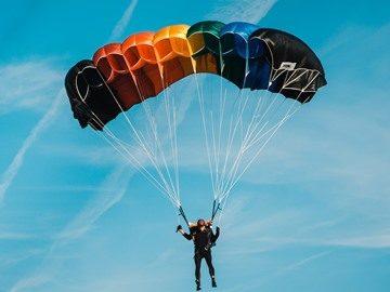 Сонник парашютисты спускаются много