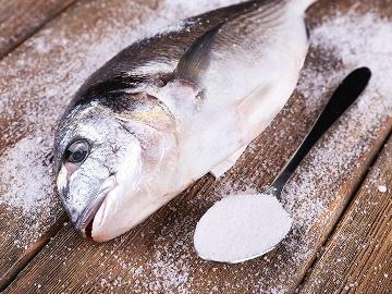 есть соленую рыбу