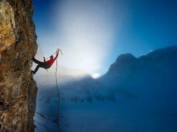 карабкаться в гору
