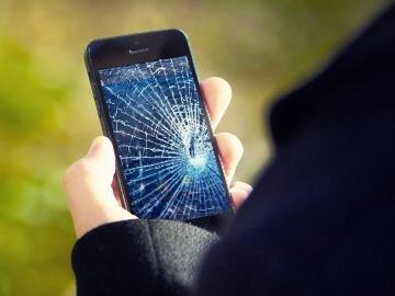 разбитое стекло на телефоне