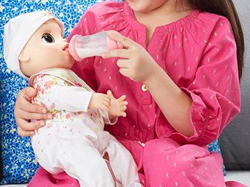 играть с куклой