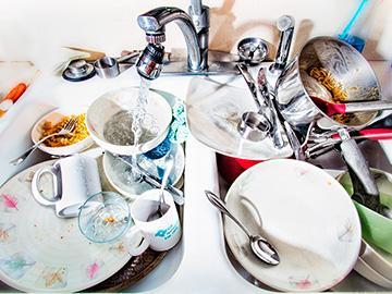 мыть много посуды
